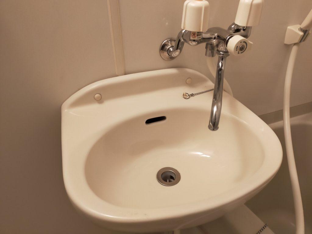 ハウスクリーニングで浴室の陶器製洗面台を新品のようにピカピカしよう